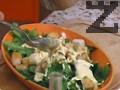 В купата с марулята се прибавят крутоните. Салатата се сервира и непосредствено преди консумация се подправя със сос Цезар и се поръсва със сирене Пармезан. Всички съставки за диетичния сос се разбиват с пасатор, с него се подправя салата.