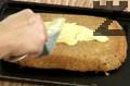 Приготвяме глазура. Разбиваме отделените жълтъци с 1 ч.ч. пудра захар докато станат много гъсти. Слага се ванилия хубаво се размесва. Глазурата се нанася върху изпечения топъл орехов блат. Така, сладкиша се изсушава във фурна, загрята на 80 градуса, за 20 мин. След като се извади се оставя напълно