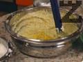 Намазва се тава за торта с масло и се застила с хартия за печене. Изварата се разбива със захарта, докато се получи кремообразна смес и се прибавя есенцията. При непрекъснато разбиване се прибавят един по един жълтъците. Прибавят се и бадемите и настърганата портокалова кора.