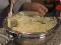 Цялата смес се изсипва в тавата. Тя се удря няколко пъти по плота, с цел да се извади изличния въздух и да се разпредели по-равномерно сместа. Пече се при 180 С за около 50 мин. или докато се получи златист цвят.