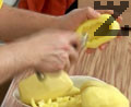 Изрязваме от двата края картофи, издълбаваме ги и осоляваме от вътрешната страна.
