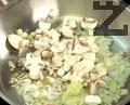 Запържваме в горещо олио нарязан на ситно кромид лук и печурки за 2-3 минути.