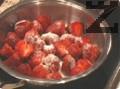 В ½ чаша гореща вода се разтваря желатина и се оставя да се охлади. В купа се сипват ягодите, киселото мляко, сметаната и ликьора. Разбива се с миксер и се смесва с желатина и лимоновия сок. Разбърква се още веднъж.