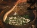 В олиото се запържва за минута брашното и се разрежда с ½ чаша студена вода. Прибавя се в супата, сипват се подправките. Чорбата се вари 5 мин., заедно с маслините.