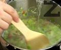 Наливаме газирана вода, прибавяме прясна мащерка, индийско орехче, поръсваме със сол и черен пипер. Вари се под капак на тих огън за 20 мин.