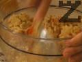 Рибата се отцежда от излишната вода, поставя се в купа и се намачкава с вилица. Овкусява се с лимоновия сок, задушените зеленчуци и магданоз. Прибавя се и леко разбитото яйце. Сместа се омесва и се оформят бургери.