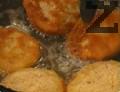 В купа се разбива яйце заедно с прясното мляко. Бургерите се овалват в брашно, минават се през яйцето и накрая се завършва с галета. Поставят се в хладилник за около 1/2 час. В сгорещено олио, се пържат по около 2-3 мин. от всяка страна. Поставят се в чинии върху салфетка, за да се отцедят. Серв