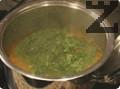 Измитият спанак се нарязва на дребно и се прибавя в супата, заедно с ориза. Вари се още 15-20 мин. на тих огън или докато се свари ориза.