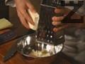 Сиренето се настъргва, в купа се размесва с цеденото мляко и счукания чесън.