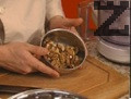 Орехите се мелят (счукват в хаванче) и се смесват с галета, червен пипер и сол.