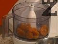 Кайсиите се пасират и смесват с останалите съставки за соса. Крилцата се сервират, заедно с двата соса.