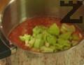 Кипва се 0,5 л. вода и в нея се поставят доматите за 30 сек. Изваждат се и се прехвърлят в съд със студена вода, за да се охладят. След като се извадят, се обелват и нарязват на парчета. Запазваме половин домат за по-късно. Накисва се филия хляб в малко вода.