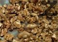 Запичаме ореховите ядки в сух тиган. При сервиране поръсваме супата с изпечените орехови ядки.