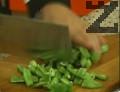 В кипяща подсолена вода се сварява зеления фасул за 15 мин.
