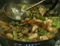 Нарязват се пилешките гърди на кубчета. Продуктите за маринатата се разбъркват и се оставя месото да отлежи за 30 мин. В малка купичка се смесват продуктите за заливане. Оставя се настрана.