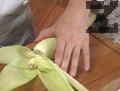 Царевиците се обелват от листата и се настъргват в купа. Листата се бланшират за 2 мин. в кипяща вода. Изваждат се и се поставят в съд със студена вода, след което се отцеждат.