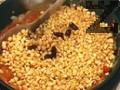В купата при царевицата се изсипват задушените зеленчуци и се настъргва кашкавала. Размесва се. Поставят се два листа царевица, като долния край на единия се застъпва с горния край на втория. По средата се поставя от плънката и се затварят правоъгълни пакетчета. Част от листата се разделят на ивици
