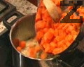 Почистените и измити моркови се нарязват на кубчета, а лукът - на дребно. В тенджера се поставя маслото и когато се сгорещи, в него се запържва лукът за около минута. Прибавят се морковите, огънят се намалява, тенджерата се захлупва и се оставя за около 5 мин.