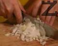 Фасулът се накисва от предишната вечер и се слага да се вари. (Може да се използва и консерва зрял фасул - така значително се опростява ястието и се съкращава времето за готвене) Отделно в тиган се сипва зехтина и в него се запържва за 1 мин. нарязания на дребно лук. Прибавя се и нарязан на дребно