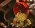 Тогава се поставят нарязаните на кубчета картофи и тиквички, заедно с граха. След около 15 мин. се поставят и макароните. Вари се до готовност. Ако е необходимо, се долива още топла вода. Трябва да се получи гъста чорба. Супата се сервира и отгоре се настъргва кашкавал на вкус.