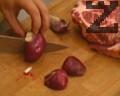Месото се нарязва първо на пържоли, а след това на кубчета за шишчета. Лукът се реже на осминки. Нарязаните кубчета месо се накисват за няколко часа в маринатата.