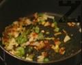 Празът, чесънът и зелената чушка се нарязват на дребно и се запържват в тенджера за около минута. Посолява се, добавя се червения пипер, налива се 200-300 мл гореща вода.