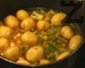 Картофите се избират дребни или се нарязват на кубчета. Прибавят се към яхнията, без да се белят, само много добре се измиват. Доматеното пюре се разтваря с мастиката, прибавят се розмарина и майораната и се разбърква.