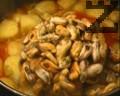 След като яхнията е повряла с картофите около 15 мин., прибавят се мидите, без да се размразяват. Ври още 10 мин. и 3-4 мин. преди ястието да се свали от огъня, се добавя доматеното пюре с разтворените в него мастика и подправки.