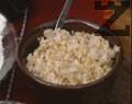 В тава се слагат брашното, олиото, солта, содата и вода, колкото е необходимо, за да се омеси лепкаво тесто, което се разделя на 3 парчета.