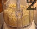 Тестото се замесва, като брашното се пресява и се поставя в кухненски робот, заедно с нарязания на парчета маргарин. Омесва се за около 30 секунди, колкото да се смесят продуктите. Добавя се водата и отново се бърка, докато тестото стане на трохи.