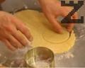 Охладеното тесто се разделя на равни части и се разточва до около 2-3 мм дебелина, като за да не залепне, обилно се ръси с брашно. От получилата се кора със сладкарски пръстен (или гърлото на чаша) се отрязват кръгчета.