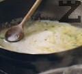 Разтопява се маслото и в него се запържва брашното, постепенно се налива млякото.