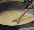 Тогава се поставя нарязаното на дребно пиле, целина, лимонов сок. лук, бульон къри и лют сос.