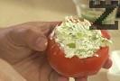 С така приготвената смес пълним издълбаните домати. Затваряме с капаче, декорираме с маслина и клонка копър. Сервираме охладено. Предястието се съхранява до 8-10 часа.