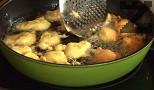 В силно загрята мазнина слагаме по 1 ч.л. от лепкавото тесто. Пържим и от двете страни до зачервяване, отцеждаме за кратко върху салфетка.