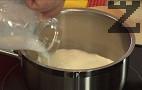 Към затопленото прясно мляко прибавяме маслото.