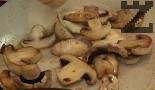 В същия съд слагаме 1 с.л. краве масло. След като се затопли, задушаваме нарязаните на по-едри парчета печурки. Поръсваме със сол и черен пипер, слагаме върху чушките.