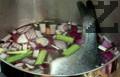 В тенджера слагаме нарязаните зеленчуци, наливаме вода, посоляваме и слагаме почистената риба.