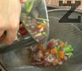 В друга тенджера поставяме нарязани на средни резени картофи. Прибавяме прецедения зеленчуков бульон в тенджерата с картофите.