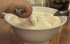 Прехвърляме на части към яйчената смес. Разбъркваме много добре, докато всички съставки се смесят.