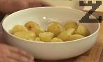 Намачкваме предварително сварените картофи. След като станат на пюре, посоляваме, прибавяме и яйцето.