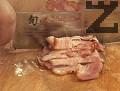 В леко затоплен тиган поставяме бекона, нарязан на тънки лентички с дебелина 4 mm.
