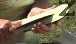 Обелваме тиквичката, изчистваме я от семките и я настъргваме на едро ренде.
