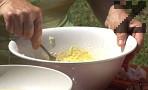 Добавяме и яйцата, разбъркваме. Постепенно прибавяме толкова брашно, че да се получи кашичка. Изсипваме по лъжица от сместа в горещото олио, пържим от двете страни.