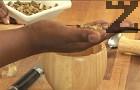 Слагаме и карамфила, както и леко начуканата пръчица канела.