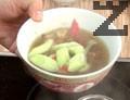 Сервираме супата в купа, в която сме сложили нарязаните рулца раци. Добавяме тофу и наливаме от бульона.