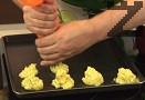 Шприцоваме розичките картофено пюре в намаслена тава. Печем на 200-220 градуса за 15 мин.