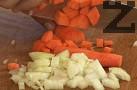 Нарязваме лука и морковите на парченца с еднаква големина. Размесваме, разпределяме върху пилето.