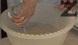 Приготвяме сиропа. Поставяме захарта в 1 л вода. Прибавяме ванилията и лимоновата есенция. Загряваме и изчакваме, докато захарта се разтвори напълно.