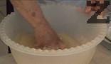 В купа наливаме 1 л вода, слагаме солта, маята и захарта. Наливаме олиото, бъркаме с ръце.